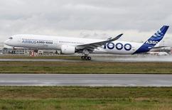 Un avión A350-100 de Airbus en su vuelo inaugural en Colomiers, Francia, nov 24, 2016. Airbus tiene el objetivo tentativo de entregar hasta 80 aviones A350 en 2017, dijeron el viernes dos personas con conocimiento de los planes.   REUTERS/ Regis Duvignau