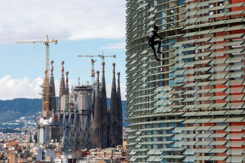 French Spiderman scales Spanish skyscraper