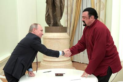 Putin gives Steven Seagal Russian passport