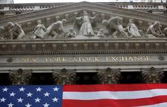 """Wall Street a clos en légère hausse la séance raccourcie du """"Black Friday"""", soutenue par les valeurs de la grande consommation en ce début de la période commerciale des fêtes de fin d'année aux Etats-Unis. Quoique modestes, les gains permettent toutefois aux quatre indices Dow Jones, Standard & Poor's 500, Nasdaq Composite et Russell 2000 d'inscrire de nouveaux records. Le Dow Jones a gagné 0,36% à 19.152,14 points. /Photot d'archives/REUTERS/Chip East"""