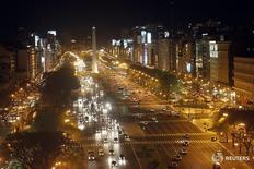 Vista nocturna de la Avenida 9 de julio en Buenos Aires. 25 de octubre de 2011. Argentina adjudicó 30 proyectos de energías renovables, 10 eólicos y 20 solares, por un total de 1.281,50 megavatios, informó el viernes el ministerio de Energía. REUTERS/Enrique Marcarian