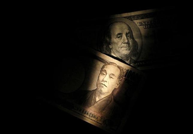 11月5日、NY外為市場ではドルが主要通貨に対しやや下落した。写真は100ドル札と1万円札。2013年2月撮影。(2016年 ロイター/Shohei Miyano)