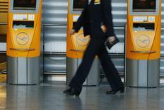 El sindicato de pilotos de Lufthansa rechazó la última oferta de subida salarial presentada por la aerolínea el viernes, pero canceló la amenaza inminente de ampliar la huelga más allá del sábado. En la imagen, una trabajadora pasa por una zona de facturación de Lufthansa en el aeropuerto de Fráncfort, el 23 de noviembre de 2016. REUTERS/Ralph Orlowski