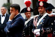 """Una victoria o una derrota de la reforma constitucional del primer ministro italiano, Matteo Renzi, afectará solo modestamente a los mercados, según un sondeo de Reuters, aunque los analistas se muestran divididos sobre la importancia que tendría un """"no"""" en el futuro del proyecto del euro.  En la imagen, Renzi durante una reunión en el palacio Chigi en Roma, el 29 de abril de 2016 REUTERS/Tony Gentile"""