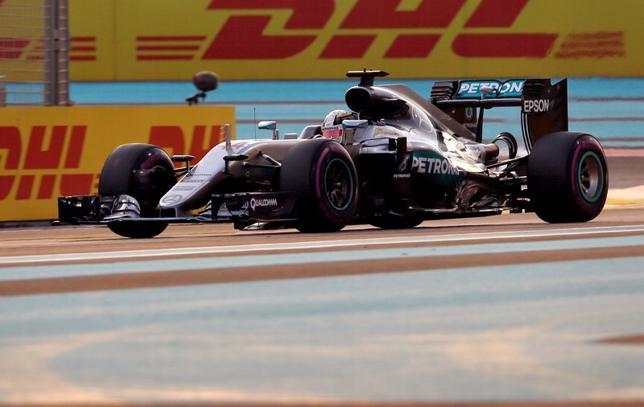 11月26日、自動車レースF1の今季最終戦、アブダビGP公式予選、逆転優勝を狙うルイス・ハミルトンが今季12回目、通算61回目のポールポジションを獲得した(2016年 ロイター/Ahmed Jadallah)