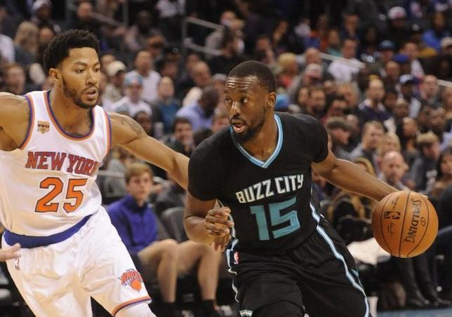 11月26日、NBAのホーネッツはニックスを107─102で下した。ケンバ・ウォーカー(右)は28得点をマーク(2016年 ロイター/Sam Sharpe-USA TODAY Sports)