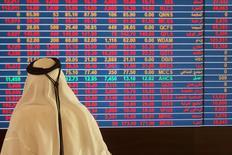 Un operador mira una pantalla con información sobre acciones en la bolsa de valores de Qatar, en Doha. 9 de noviembre de 2016. España y Qatar esperan firmar a principios del próximo año un acuerdo para crear un fondo común de 1.000 millones de dólares para ayudar al país del Golfo Pérsico a invertir en América Latina, dijo el embajador español citado por un diario catarí el domingo. REUTERS/Naseem Zeitoon