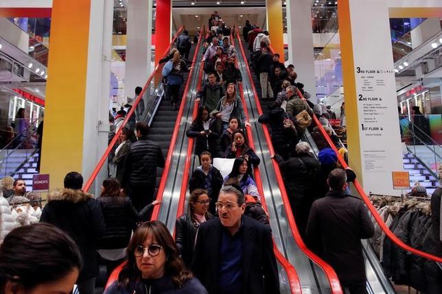 11月27日、全米小売業協会が公表したデータによると、24日の感謝祭、翌日のブラックフライデーを含む週末の消費者の平均支出額は前年を3.5%下回った。ニューヨークのユニクロで25日撮影(2016年 ロイター/Andrew Kelly)