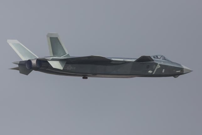 11月26日、中国空軍は25日に西太平洋で演習を実施したと発表した。空軍機は台湾とフィリピンの間にあるバシー海峡や、沖縄本島と宮古島の間の宮古海峡を飛行したとしている。写真は中国広東州珠海での航空ショーで公開された中国J─20ステルス機。提供写真。1日撮影(2016年 ロイター)