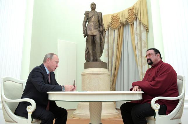 11月25日、ロシアのプーチン大統領は、米俳優スティーブン・セガールさん(右)にロシアのパスポートを手渡し、米国とロシア両国の関係改善に向けたシンボルになることを望むと語った(2016年 ロイターSputnik/Kremlin/Alexei Druzhinin)