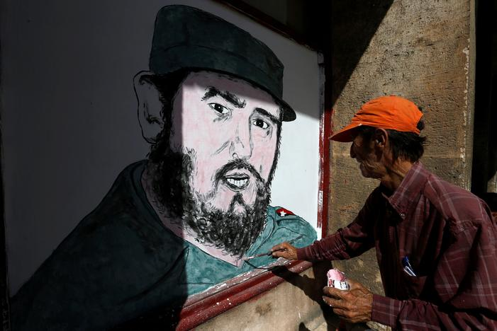 A local artist paints a portrait of Fidel Castro in front of a shop in downtown Havana, following the announcement of the death of the Cuban revolutionary leader, in Cuba November 27, 2016. REUTERS/Stringer