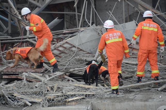 11月26日、中国東部の江西省豊城の火力発電所で建設中の冷却塔の足場が崩れ、74人が死亡する事故が発生したことを受け、中国当局は法律や安全基準の「穴をふさぎ」、労働条件の改善を目指すと明言した。新華社が伝えた。写真は救助の様子。提供写真(2016年 ロイター)