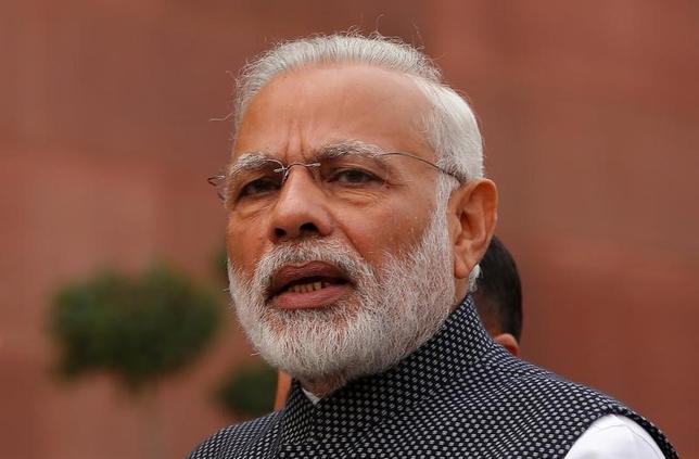 11月27日、インドのモディ首相は、政府の高額紙幣の回収措置に伴い現金が不足しているとして、国内の小規模業者や日雇い労働者らにデジタル決済を利用するよう呼び掛けた。ニューデリーで16日撮影(2016年 ロイター/Adnan Abidi)
