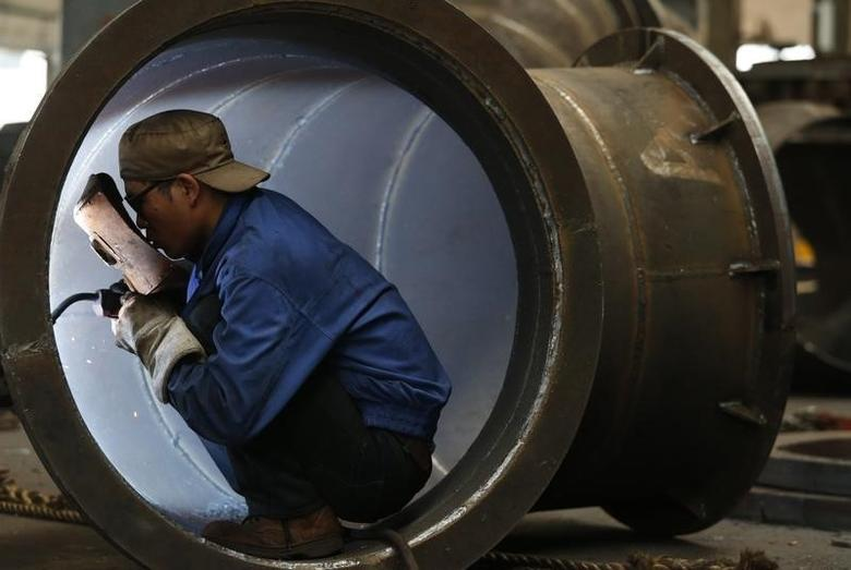 2013年5月23日,浙江金华一家工厂的工人在焊接水轮机部件。REUTERS/William Hong