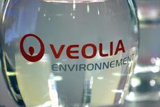 Veolia gagne 0,77% à 16,42 euros, en tête du CAC 40 à mi-séance, après avoir été choisi par le maître d'ouvrage Tecnicas Reunidas pour concevoir et livrer une usine de traitement des eaux usées pour la raffinerie et le terminal de Jazan, en Arabie saoudite. /Photo d'archives/REUTERS/Charles Platiau