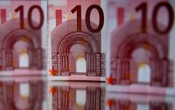 El préstamo a empresas en la zona euro creció el mes pasado a su mayor ritmo en casi cinco años y medio, aunque el crecimiento del dinero en circulación se ralentizó, mostraron el lunes datos del Banco Central Europeo (BCE), lo que envía un mensaje mixto para el banco central, que está revisando su política de estímulos. En la imagen de archivo, una ilustración de varios billetes de diez euros. 26 de abril de 2014. REUTERS/Dado Ruvic