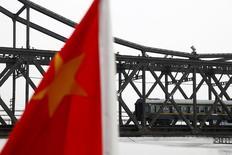 En la imagen, un tren cruzando el rio Yalung en Dandong, China, 10 de septiembre, 2016. China aprobó un plan ferroviario de 247.000 millones de yuanes (36.000 millones de dólares) para mejorar las conexiones de transporte entre Pekín, la ciudad portuaria de Tianjin y la provincia vecina de Hebei, como parte de un proyecto para integrar las tres áreas en una megaciudad.  REUTERS/Thomas Peter - RTSN2MB
