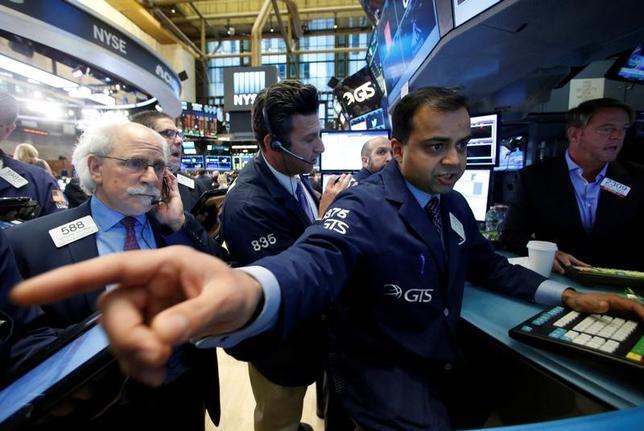Traders work on the floor of the New York Stock Exchange (NYSE) in New York City, U.S., November 23, 2016.  REUTERS/Brendan McDermid