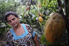 La brasileña Ivonildes Santos Sousa posa junto a un árbol de cacao en su propiedad en Anapu, Brasil,3 de junio, 2012. La producción de cacao en Brasil repuntará tras una caída en la temporada previa por una sequía, según estimaciones de una consultora y de la principal asociación local de la industria.REUTERS/Lunae Parracho