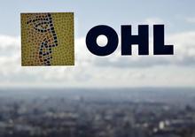 """Fitch rebajó el lunes el rating de OHL en un escalón y abrió la puerta a nuevos recortes al revisar la perspectiva del rating a """"negativa"""". En la imagen de archivo, el logo de OHL en una ventana de la sede de la constructora en Madrid, el 25 de febrero de 2016. REUTERS/Andrea Comas"""