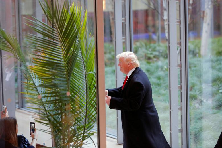U.S. President elect Donald Trump gestures to diners as he departs the lobby of the New York Times building after a meeting in New York, U.S., November 22, 2016.  REUTERS/Lucas Jackson
