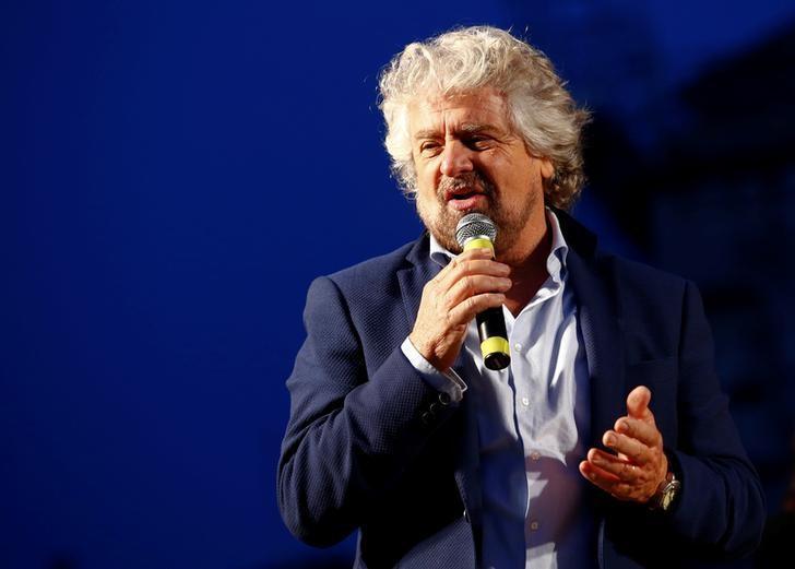 2016年11月26日,意大利反体制的五星运动党创始人格利罗(Beppe Grillo)在宪法公投前的集会上发表讲话。REUTERS/Remo Casilli