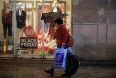Los precios en España aumentaron un 0,7 por ciento interanual en noviembre, manteniéndose por tercer mes consecutivo en terreno positivo, según datos publicados el martes por el Instituto Nacional de Estadística. En la imagen, una mujer con bolsas de compras durante las ventas del Black Friday en Málaga, España, el 25 de noviembre de 2016. REUTERS/Jon Nazca