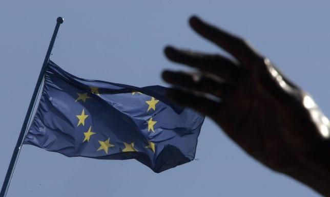 11月29日、ECBによると、イタリアの銀行が抱える不良債権規模が、域内全体の3割を占める。写真はローマ中心部に掲揚されたEU旗。2007年3月撮影(2016年 ロイター/Tony Gentile)