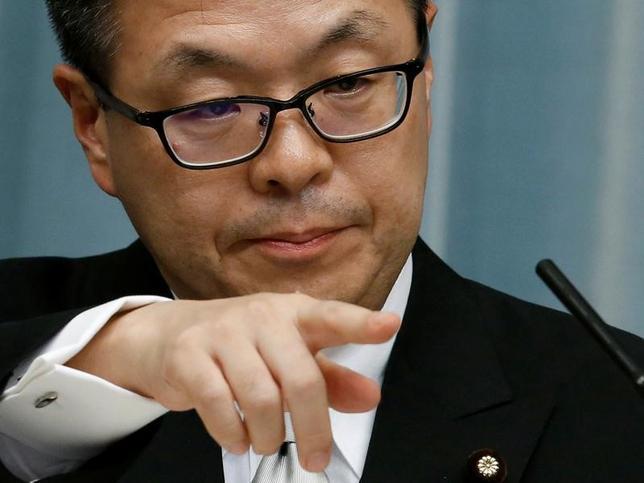 11月30日、世耕弘成経済産業相(写真)はロイターのインタビューで、12月の日ロ首脳会談に向けて具体化を進めている経済協力プロジェクトは、日本企業にとっても新たな成長分野を開拓するチャンスだと述べた。8月撮影(2016年 ロイター/Kim Kyung-Hoon)