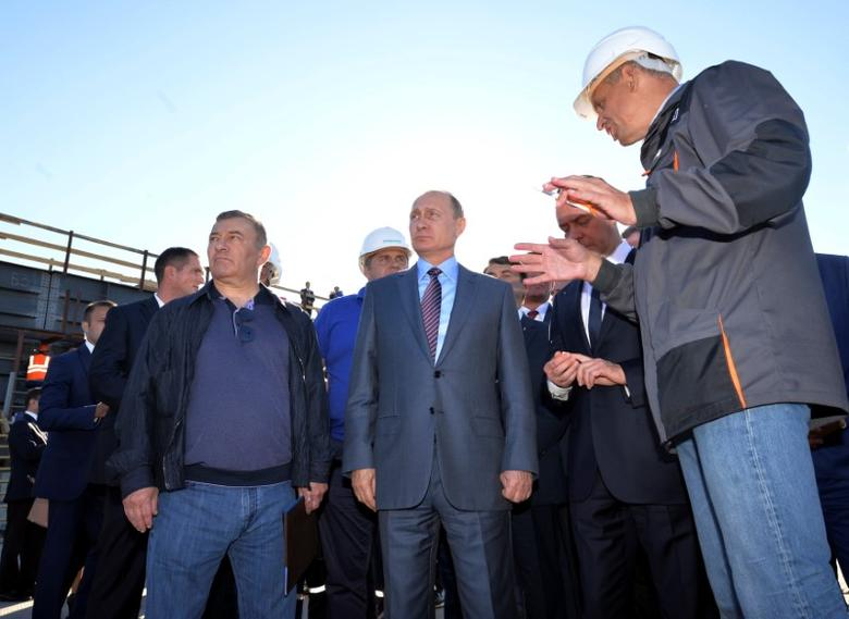 Russian President Vladimir Putin (C) and businessman Arkady Rotenberg (L) visits the site of the construction of a bridge across the Kerch Strait in Kerch, Crimea, September 15, 2016. Sputnik/Kremlin/Alexei Druzhinin via REUTERS