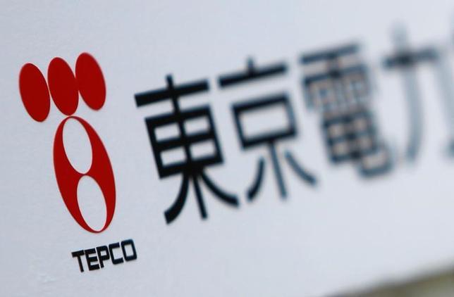 11月30日、福島第1原発の廃炉費用など膨大な資金負担に直面する東京電力ホールディングス再建の先行きが一段と不透明になってきた。写真は同社のロゴ。2011年6月撮影(2016年 ロイター/Yuriko Nakao/File Photo)