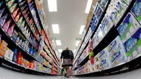 En la imagen de archivo, un cliente camina por un pasillo de un supermercado de proximidad de Walmart en Chicago, el 21 de septiembre de 2011. El gasto del consumidor estadounidense subió en octubre menos a lo esperado debido a que los hogares aprovecharon el aumento de los ingresos para elevar sus ahorros a un máximo en siete meses, pero permaneció suficientemente fuerte como para respaldar el crecimiento económico en el cuarto trimestre. REUTERS/Jim Young