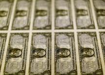 Billetes de 1 dólar en la Casa de la Moneda de los Estados Unidos en Washington, nov 14, 2014. El dólar tocó su nivel más alto en ocho meses y medio contra el yen el miércoles y también se apreció frente al euro tras una fuerte alza de los precios del petróleo, que impulsó el avance de los rendimientos de los bonos del Tesoro estadounidense.  REUTERS/Gary Cameron/File Photo