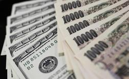 Банкноты доллара США и японской иены. 2 августа 2011 года. Доллар коснулся пика 9,5 месяцев к иене в четверг из-за взлёта цен на нефть после соглашения ОПЕК об ограничении добычи, что повысило инфляционные ожидания и доходность американских госбондов. REUTERS/Yuriko Nakao/File