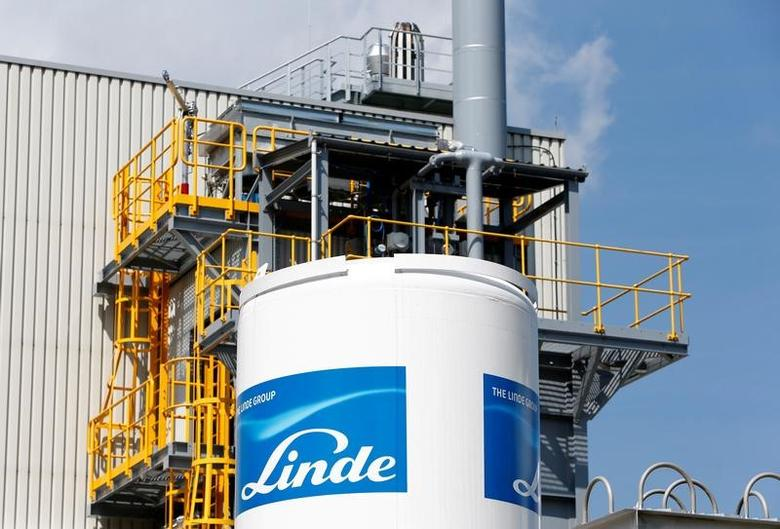 Linde Group logo is seen at a company building in Munich-Pullach, Germany August 16, 2016. REUTERS/Michaela Rehle/File Photo