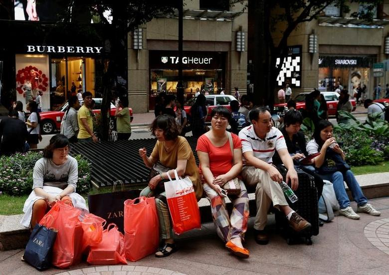 Shoppers rest outside a shopping mall on Russell Street at Hong Kong's Causeway Bay shopping district June 17, 2014.   REUTERS/Bobby Yip/File Photo