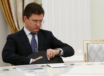 El ministro de Energía ruso, Alexander Novak, espera a reunirse con el Presidente Vladimir Putin en Moscú, Rusia 8 Noviembre, 2016. Rusia recortará su producción petrolera a partir de sus niveles de noviembre-diciembre, dijo el ministro de Energía, Alexander Novak, a periodistas el jueves. REUTERS/Sergei Karpukhin