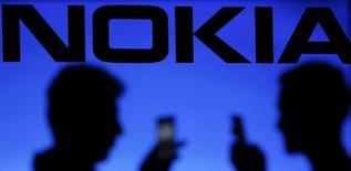 Des téléphones portables siglés Nokia devraient faire leur retour sur le marché l'an prochain grâce à un accord entre le groupe finlandais et une petite société fondée par plusieurs de ses anciens cadres. /Photo d'archives/REUTERS/Dado Ruvic
