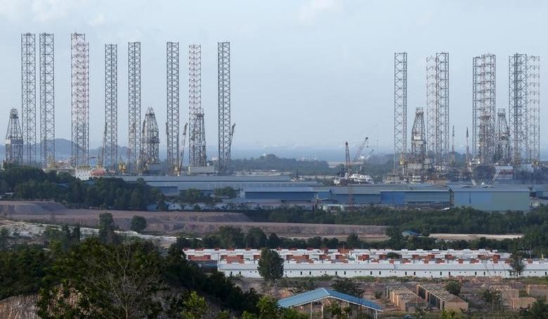 Oil rigs line the waters along a row of shipyards northwest of Waterfront City on Batam island, in Indonesia's Riau Islands Province February 26, 2016.  REUTERS/Edgar Su