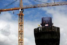 Trabajadores construyendo el pilar de un puente el Long Beach, EEUU, sep 13, 2016. El gasto en construcción en Estados Unidos aumentó en octubre a un máximo de siete meses por avances en la edificación de viviendas y el gasto público, mientras que las estimaciones de los dos meses previos fueron revisadas fuertemente al alza, lo que apunta a fortaleza en el sector.    REUTERS/Mario Anzuoni