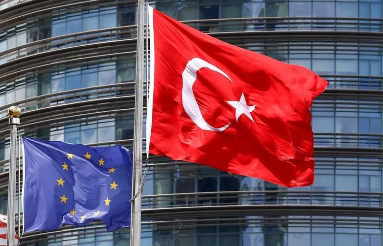 A European Union (L) and Turkish flag fly outside a hotel in Istanbul, Turkey, May 4, 2016.  REUTERS/Murad Sezer