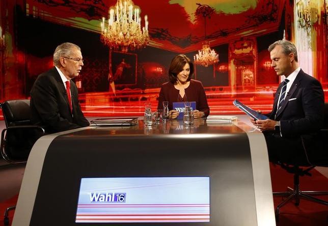 12月1日、4日に投票を控えたオーストリア大統領選で、最後のテレビ討論会が行われ、「緑の党」前党首のアレクサンダー・ファン・デア・ベレン氏と極右政党「自由党」のノルベルト・ホーファー氏が激しい非難合戦を繰り広げた。(2016年 ロイター/Leonhard Foeger)