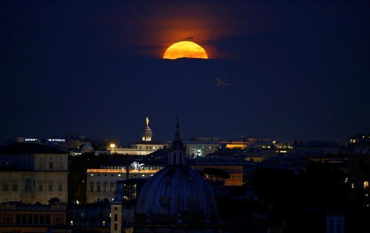 The moon rises on the day of the ''supermoon'' spectacle in Rome, Italy November 14, 2016. REUTERS/Tony Gentile