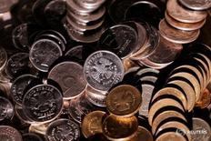 Рублевые монеты 7 июня 2016 года. Минфин РФ в ноябре, как и в предыдущие два месяца, не тратил средства Резервного фонда на финансирование бюджетного дефицита, говорится в сообщении министерства. REUTERS/Maxim Zmeyev/Illustration