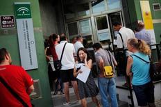 El número de parados registrados en las oficinas públicas de empleo en España subió en noviembre por cuarto mes consecutivo, por el efecto de un fin tardío de la prolongada temporada turística en zonas como Baleares y un mal mes en la agricultura, mostraron el viernes datos del Ministerio de Empleo. En la imagen, una mujer utiliza su teléfono móvil al salir de una oficina de desempleo en Málaga, España, el 4 de julio de 2016. REUTERS/Jon Nazca