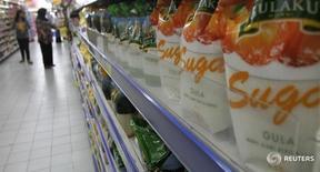 Сахар в магазине в Джакарте 12 марта 2013 года. Россия может увеличить экспорт белого сахара в этом маркетинговом году в десятки раз до 350 тысяч тонн, сказал глава Союза сахаропроизводителей России Андрей Бодин на конференции Агрохолдинги России в пятницу. REUTERS/Supri