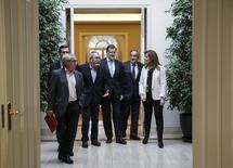 Sindicatos y patronal serán los encargados de fijar la cuantía del salario mínimo interprofesional (SMI) de España en 2018, 2019 y 2020, anunció el viernes el Gobierno, después del pacto alcanzado con los socialistas para subir el del próximo año un 8 por ciento. En la imagen de archivo, representantes sindicales y empresariales con miembros del Gobierno, en el Palacio de la Moncloa, Madrid, 15 de diciembre de 2014. REUTERS/Andrea Comas