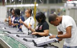 La foto de archivo muestra a trabajadores operando en una línea de ensamblaje de una compañía electrónica en Winnsboro, Carolina del Sur, EEUU. Los empleadores en Estados Unidos aumentaron las contrataciones en noviembre y la tasa de desempleo cayó a 4,6 por ciento, un mínimo de más de nueve años, lo que hace casi seguro que la Reserva Federal suba las tasas de interés este mes. REUTERS/Chris Keane/File Photo