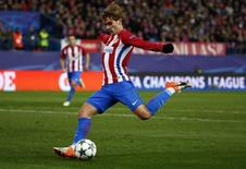 Football Soccer - Atletico Madrid v PSV Eindhoven - UEFA Champions League group stage - Group D  - Vicente Calderon stadium, Madrid, Spain - 23/11/16 Atletico Madrid's Antoine Griezmann scores their second goal.      REUTERS/Juan Medina  - RTST14G