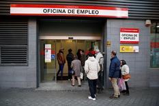 El Gobierno español aprobó el viernes un programa para tratar de que los parados de larga duración vuelvan a tener empleo, una iniciativa con un horizonte de tres años hasta 2018 para la que destinará un total de 525 millones de euros. Imagen de una oficina de empleo en Madrid el 2 de diciembre de 2014. REUTERS/Andrea Comas